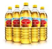 Groupe de bouteilles en plastique avec de l'huile de tournesol Photos libres de droits