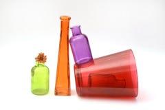 Groupe de bouteilles en verre transparentes vides colorées Image stock