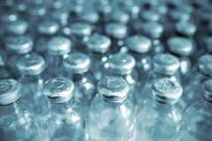 Groupe de bouteilles médicales dans la rangée Photo stock