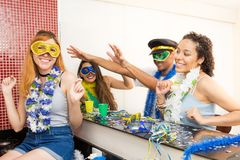 Groupe de Brésiliens portant costumé à la partie de Carnaval Frien Images stock