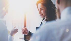 Groupe de businessmans sur la réunion Équipe d'affaires au processus fonctionnant Vue de plan rapproché de jeune femme donnant la photographie stock libre de droits