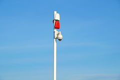Groupe de caméras de sécurité avec les sirènes saines à l'entrée à la zone protégée Images stock