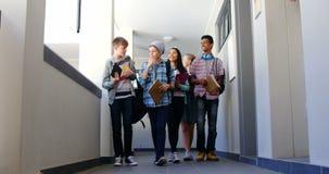 Groupe de camarade de classe marchant dans le couloir clips vidéos
