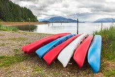 Groupe de canoës sur une plage photographie stock libre de droits