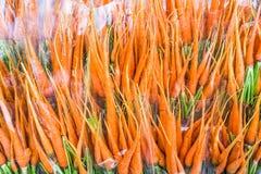 Groupe de carottes fraîches sur le marché Carottes organiques complètement de vi Photos libres de droits