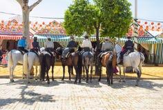 Groupe de cavaliers dans la robe traditionnelle chez April Fair Seville Images libres de droits