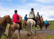 Groupe de cavaliers de horseback en Islande Beau pays de voyage image libre de droits