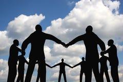 Groupe de cercle de gens sur le ciel de nuage Images stock