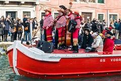 Groupe de chanteurs au cortège de carnaval sur Venise Italie Photographie stock libre de droits