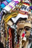 Groupe de chapeau péruvien coloré de neige à vendre au marché de Cusco Image stock