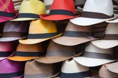 Groupe de chapeaux à vendre, accrochant sur un mur, l'Equateur Image stock