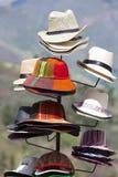 Groupe de chapeaux de touristes colorés à vendre au marché dans Cusco, P Photo stock
