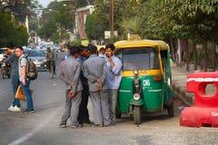 groupe de chauffeurs de taxi indiens communiquer les uns avec les autres photos stock
