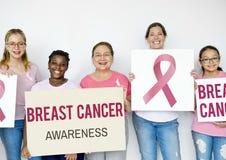 Groupe de chemise multi-ethnique et de ruban rose Cance de rose de vêtements pour femmes Images stock