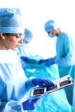 Groupe de chirurgien au travail dans le théâtre d'opération photographie stock libre de droits