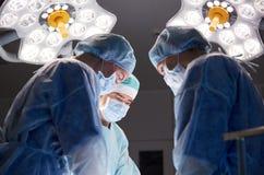 Groupe de chirurgiens dans la salle d'opération à l'hôpital Image stock