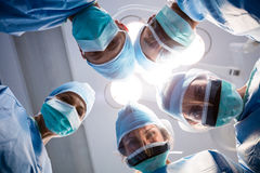 Groupe de chirurgiens regardant la pièce en fonction d'appareil-photo Image libre de droits