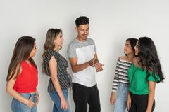 Groupe de cinq adolescents hispaniques photo stock