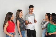 Groupe de cinq adolescents hispaniques image libre de droits