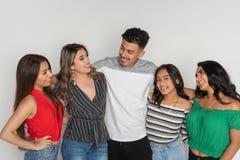 Groupe de cinq adolescents hispaniques image stock