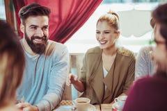 Groupe de cinq amis ayant un café ensemble Image libre de droits