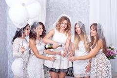 Groupe de cinq amis féminins élégants heureux Images libres de droits
