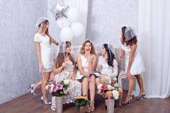 Groupe de cinq amis féminins élégants heureux Photographie stock libre de droits