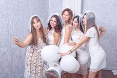 Groupe de cinq amis féminins élégants heureux Images stock