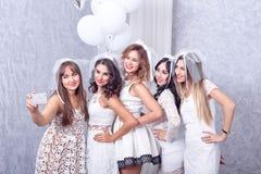 Groupe de cinq amis féminins élégants heureux Image stock