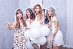 Groupe de cinq amis féminins élégants heureux Image libre de droits