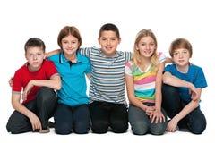 Groupe de cinq enfants Images stock