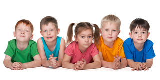 Groupe de cinq enfants gais Image libre de droits