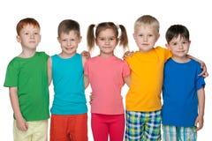Groupe de cinq enfants heureux Photographie stock libre de droits