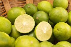Groupe de citrons dans un panier Photo stock