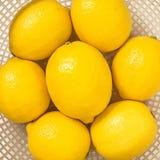Groupe de citrons frais dans la vue supérieure de panier en plastique rose Image stock