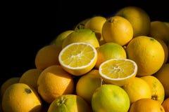 Groupe de citrons jaunes sur un fond noir photo libre de droits