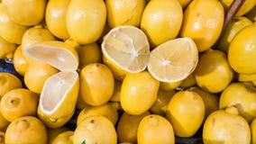 Groupe de citrons organiques frais sur un compteur dans un bazar turc typique de greengrocery à Eskisehir, Turquie Photo stock