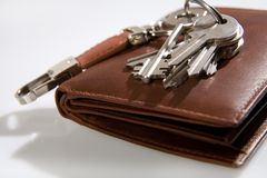 Groupe de clés sur la pochette en cuir Image stock