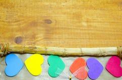 Groupe de coeurs colorés au bord d'un cadre Photos stock