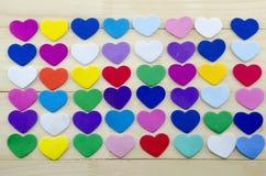 Groupe de coeurs colorés sur une table Photo libre de droits