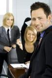Groupe de collègues dans le bureau images stock