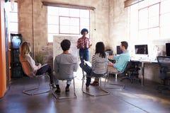 Groupe de concepteurs ayant la session de séance de réflexion dans le bureau Photo stock