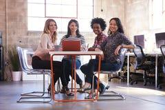 Groupe de concepteurs féminins ayant la réunion dans le bureau moderne photo libre de droits