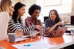 Groupe de concepteurs féminins ayant la réunion dans le bureau moderne photo stock