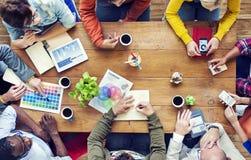 Groupe de concepteurs multi-ethniques faisant un brainstorm Image stock