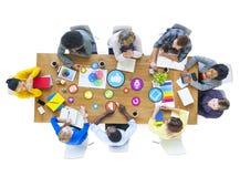 Groupe de concepteurs multi-ethniques rencontrant le media social Image libre de droits