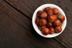 Groupe de coquilles de noix délicieuses dans une cuvette Photos stock