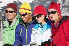 Groupe de couples âgés moyens des vacances de ski Images libres de droits