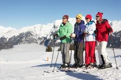 Groupe de couples âgés moyens des vacances de ski Photos libres de droits
