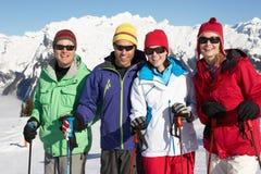 Groupe de couples âgés moyens des vacances de ski Photo libre de droits